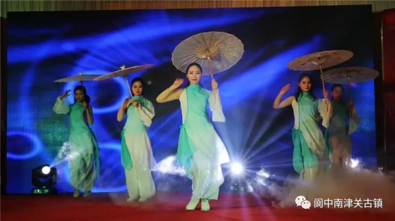 青蛇舞蹈背景图